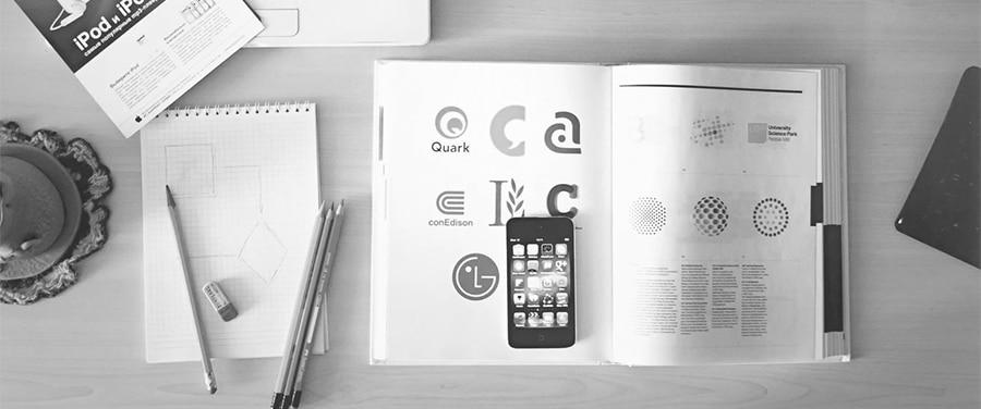 Książka o logo na biurku