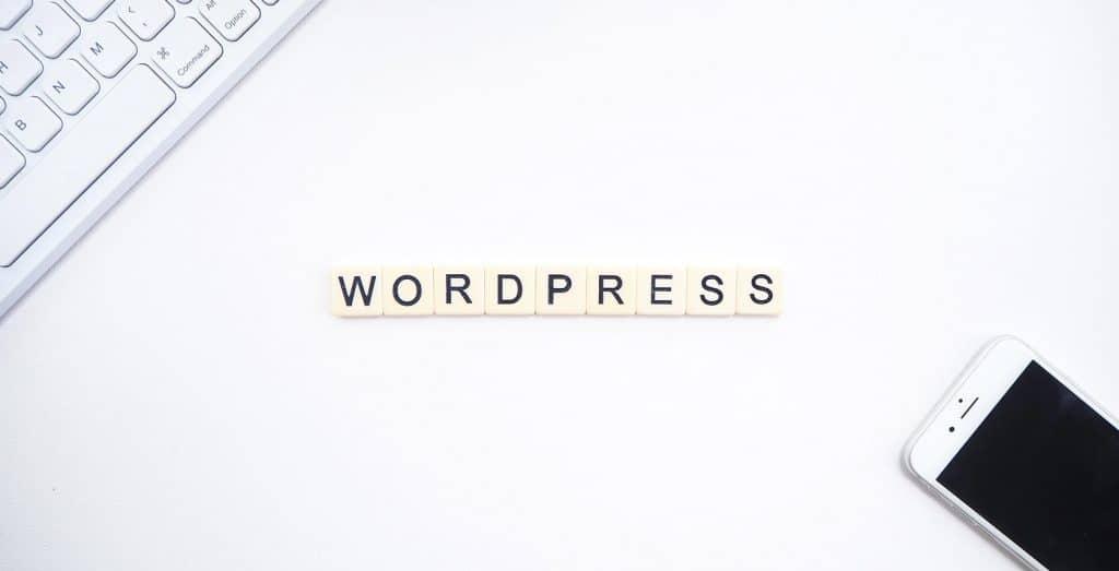 Napis WordPress ułożony ze scrabble
