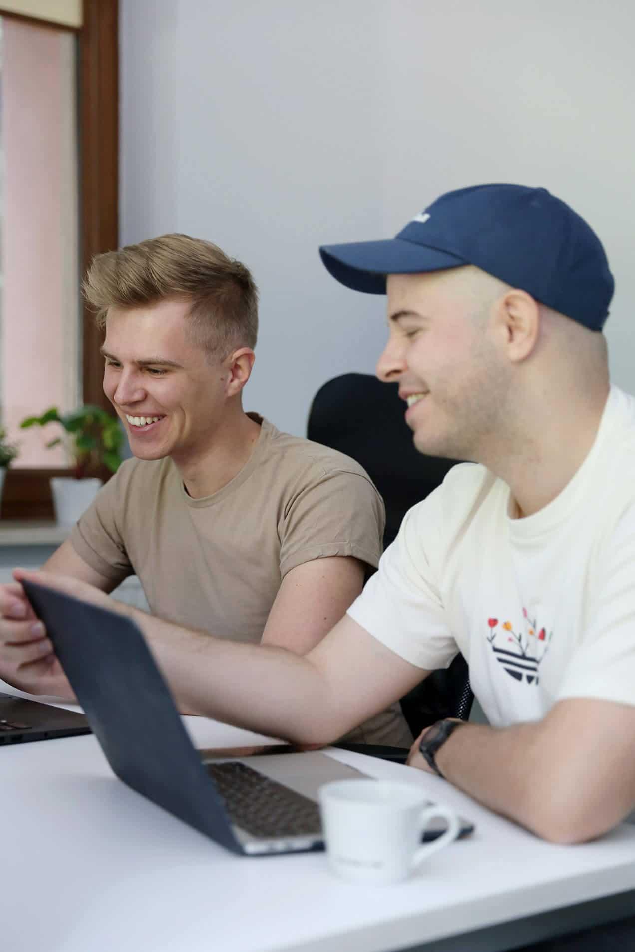 Kuba i Filip śmieją się przy pracy - Kiwwwi - tworzenie stron WWW